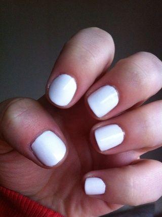 Aplique dos capas de esmalte de uñas blanco y deje que se seque por completo. Esperé como una hora antes de usar la cinta adhesiva.