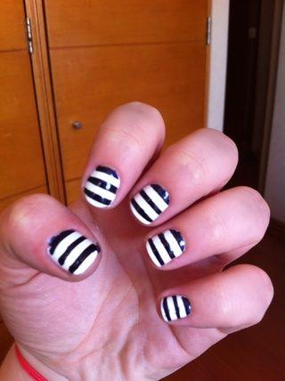 Recomiendo hacerlo uña por uña, por lo que el whisky se queda como menos posible en cada uña. Añadir una generosa capa de esmalte azul y retire tan pronto como usted've painted your nail, stripe by stripe, carefully.