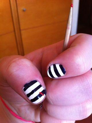 Una vez que tus uñas estén completamente secas. Puede dibujar corazones en cada uno con el pincho de bambú. Hago una especie de