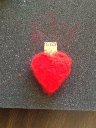 Ponga un grueso pedazo de cartón entre los dos corazones.