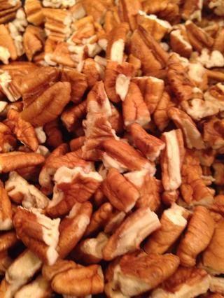 Picar las nueces no demasiado pequeño si're not chopped already.