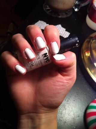 Después de capa base, pintar las uñas de color blanco o de un color claro de esmalte de uñas
