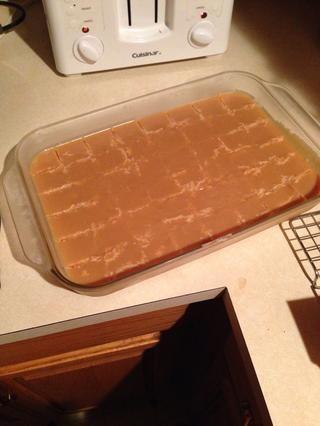 Vierta en el molde, cortar en cuadrados cuando se enfría. Si resulta ser más de una pulgada de espesor, utilice dos sartenes. ¡Disfrutar!