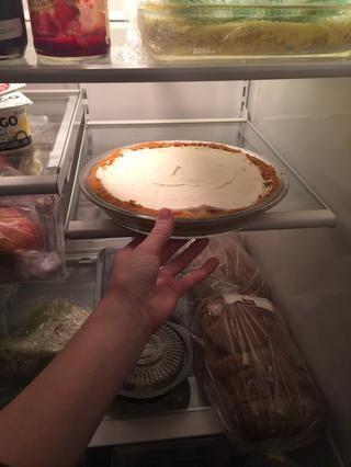 Ponga en la nevera durante 2 - 3 horas, o hasta el momento de servir. Nota: tomar la tarta unos 15 minutos antes de servir para poner en cerezas.
