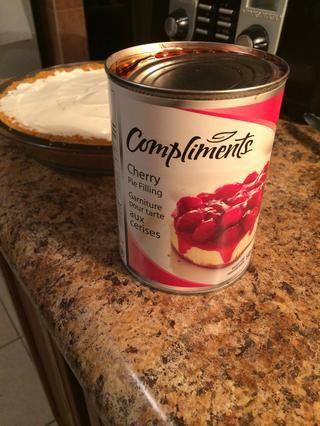 Cuando usted toma el pastel debe ser capaz de decir que la corteza y el relleno ha endurecido un poco. Usted necesitará cherry relleno de la empanada para rematar el pastel. (O cualquier relleno que desee.)