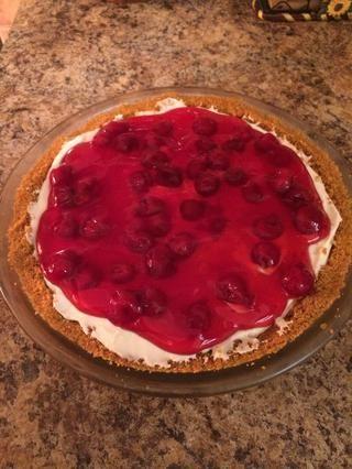 Llenado Spread cereza (o su elección de llenado) de manera uniforme sobre la parte superior de la torta y disfrutar! :)