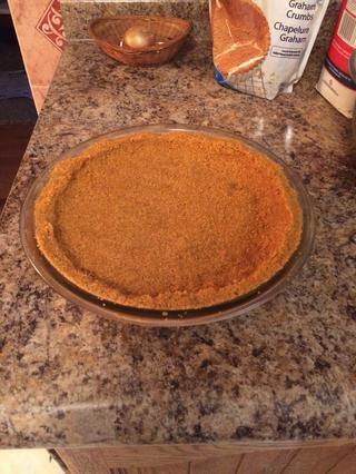 Presione en un molde para pastel, pasando por los lados tanto como sea posible. Situado en nevera al hacer el relleno.