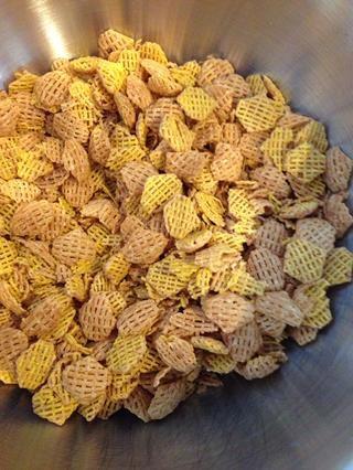 Reúna cereales 8 tazas en un tazón grande. :)