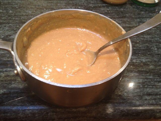 Cuando la mantequilla de maní y miel son bien combinados, retirar de la estufa. La mezcla debe ser bastante líquida.
