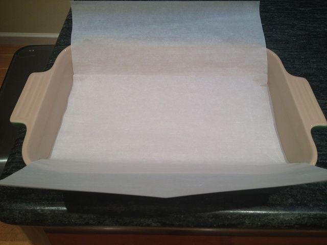 Cubra un plato de 11 x 7 para hornear con pergamino o papel encerado. Deje los bordes que sobresalen de manera que las barras serán fáciles de eliminar.