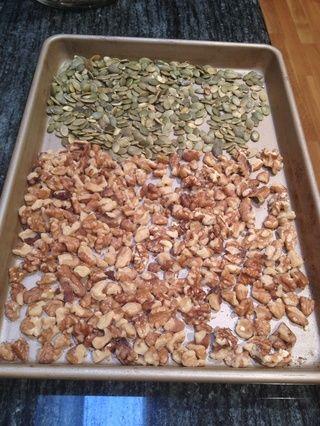 Separe las nueces y las semillas de calabaza en una sola capa sobre una bandeja para hornear.