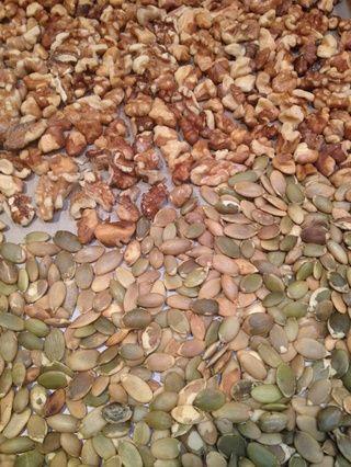 Cuando se hacen las nueces y las semillas de calabaza, retirar del horno y deje enfriar.