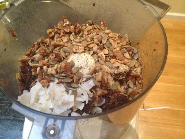 Agregue el germen de trigo, copos de avena, copos de coco, semillas de calabaza y nueces.