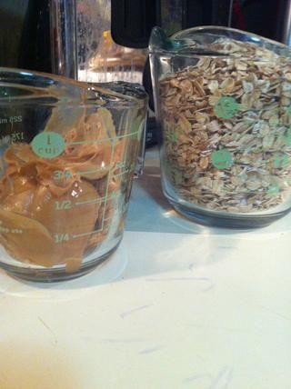 Ahora obtener 1/2 taza de mantequilla de maní (calentar una cuchara de metal por lo que's easier to get out) and 2 1/2 cups of oats