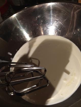 A continuación, tomar la crema y una batidora de mano