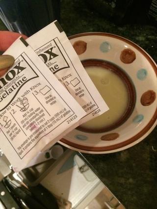 Añadir 2 paquetes de gelatina para el jugo de limón y dejar de lado para convertirse como gelatina durante 5 minutos