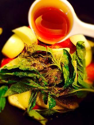 Condimentar con sal y pimienta. Añadir néctar de agave (se puede utilizar el azúcar) y 2 cucharadas de agua