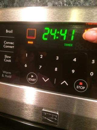 Ajuste el horno a 400 grados, el temporizador de 25 minutos y dejar que su asado salmón. Usted será recompensado deliciosamente