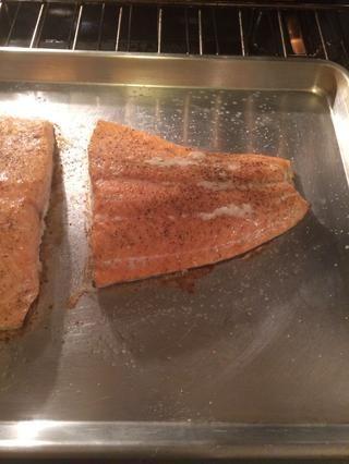 Ahhh ... El salmón es cocinado a la perfección ... Usted puede decir por la forma en que la grasa se vuelve blanco y se filtra a través del salmón. Yum