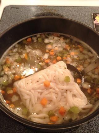 Añadir udon a la sopa. Ello's OK that it looks like a brick. It will loosen up.