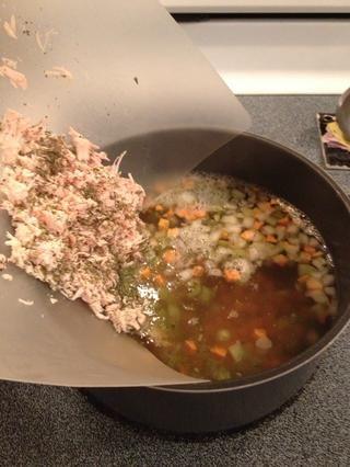 Vierta el pollo en la sopa.