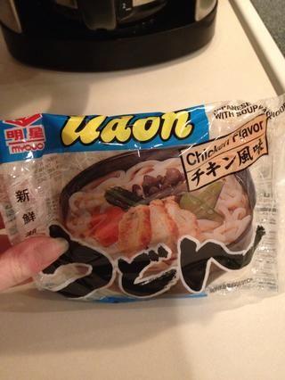 Abre los paquetes de udon. Estos se pueden encontrar en la sección de alimentos orientales de su tienda de comestibles, o de vez en cuando en el pasillo de la sopa.