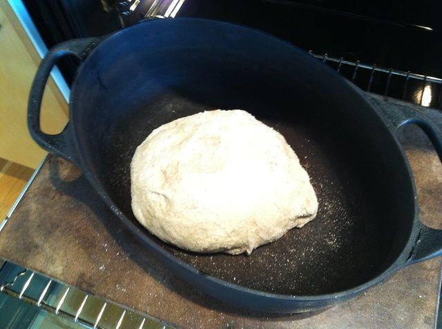 Pop en la olla de hierro fundido previamente calentado en un horno que ha alcanzado su máximo calor. Mina llega a 275 grados Celsius.
