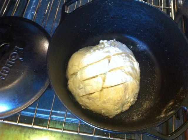 Coloque la masa en el interior del horno holandés, tapar y hornear durante 30 minutos.