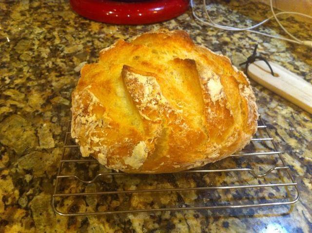 Coloque el pan sobre una rejilla y lo hará