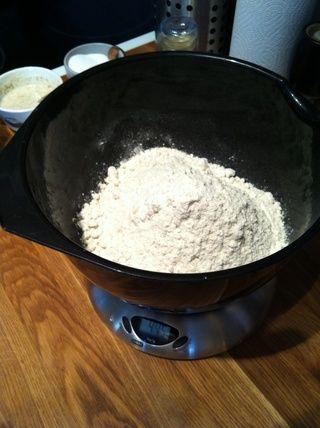 Pese la harina. Añadir la levadura seca y la sal y se remueve todo bien con la mano.