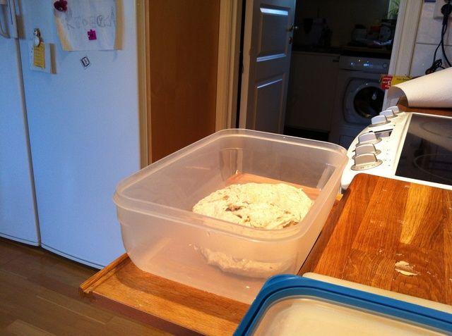 Después de media hora, poner la masa en algo que más tarde puede cubrir algunos de almacenamiento.