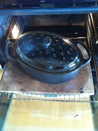 Al día siguiente, cuando esté listo para bake- Coloque una olla de hierro fundido en el horno y encender el horno a su máxima capacidad. Darle una hora para asegurarse de que todo se ardiente caliente.