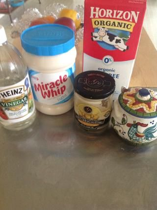 Los ingredientes del aderezo, mezclar en un tazón. 5 T. milagro látigo, 1 T. mostaza dulce cebolla, 1 cucharada de vinagre, 1T. Leche y 1 t. Truvia
