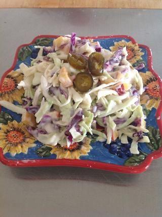 Refrigere varias horas. Sal y pimienta antes de servir. Adorne con jalapeños en escabeche dulce.