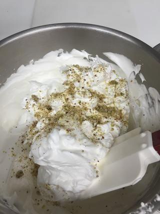 Doblar cuidadosamente en su mezcla de nueces hasta que se mezclen.