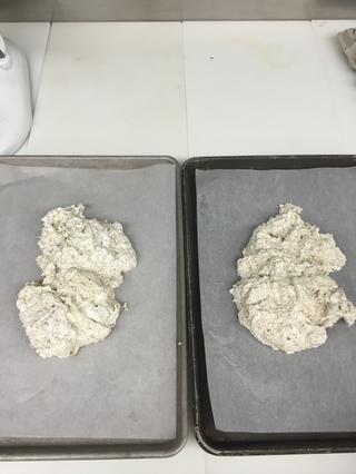 Separar el merengue en dos lotes en bandejas de chapa y medio con el papel de pergamino engrasado.