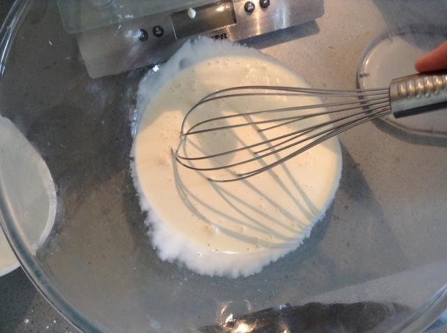 Utilice una mano, o electrónica batidor para batir la crema