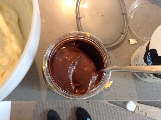 Obtener unos 2-3 cucharadas de nutella (prueba de seguridad primero)