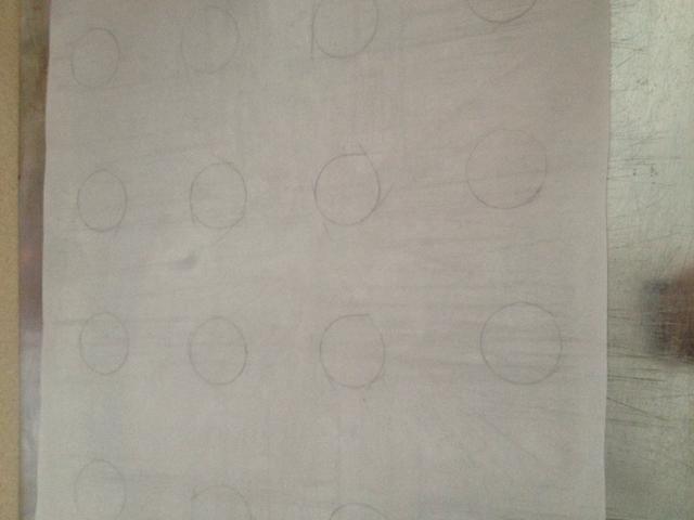 Todos los círculos se dibujan, asegúrese de colocar el lado lápiz sobre la bandeja de horno