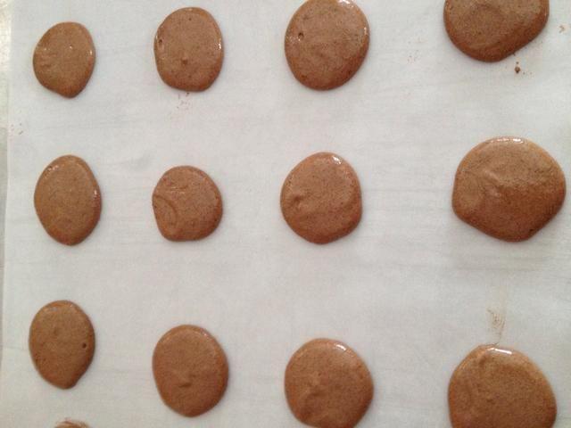 Toque en la bandeja de horno hasta que las galletas son planas. Ahora las galletas tienen que sentarse a secar al aire durante unos 25 minutos