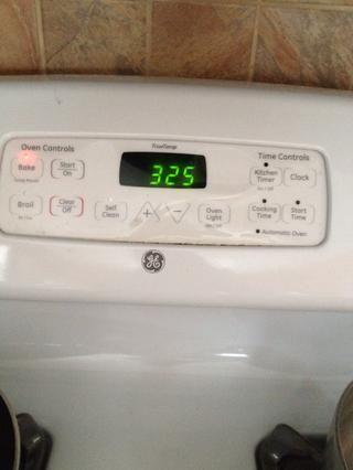 Después de las galletas han sido en el horno durante 5 minutos, gire la temperatura a 325 F