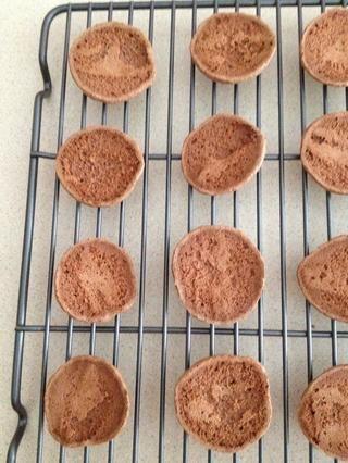 Deje enfriar completamente y luego coincidir con las galletas de tamaño similar juntos