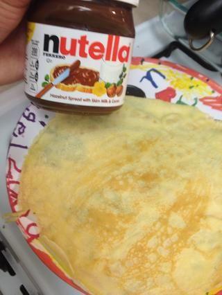 Crepe se debe hacer, añadir Nutella mientras que su caliente,'ll go on smoothly