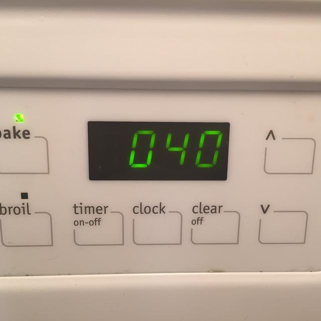 Con cuidado, coloque el plato en el horno. Hornear durante unos 40-45 minutos, hasta que el centro es ligeramente jiggly y firme lados.