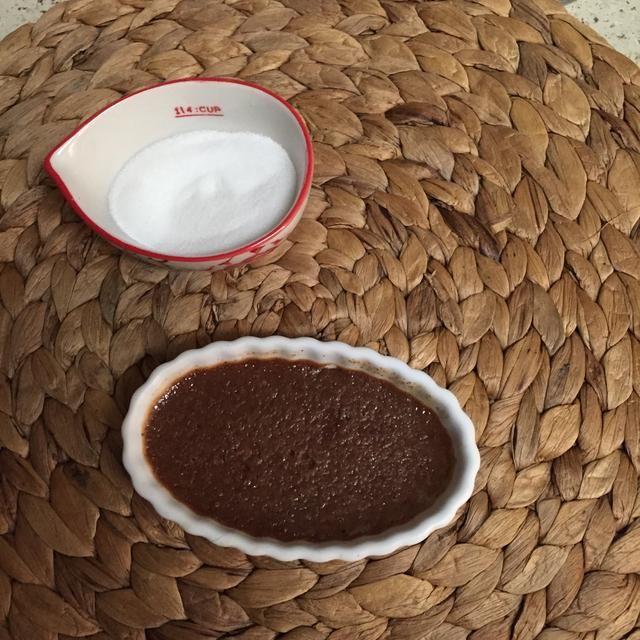 Retire moldes del baño de agua con unas pinzas. Refrigere 04.03 horas o hasta que la mezcla fija por completo. Retire los Nutella crema Brûlée 15 minutos antes de servir.