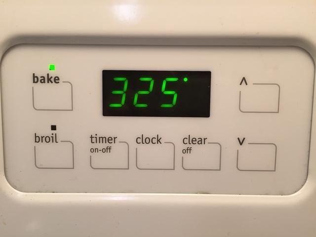 Precaliente el horno a 325 grados.