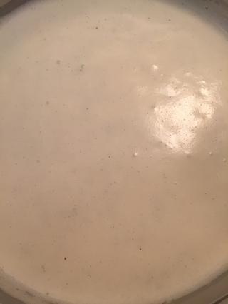 Calienta a fuego medio-alto hasta que la crema hierva. Retirar del fuego y dejar de lado. Deseche la vaina de vainilla.