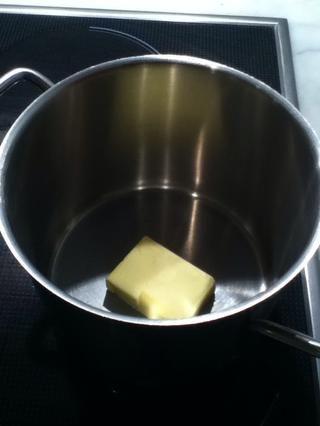 Comience por la fusión de 50 gramos de mantequilla y déjelo a un lado mientras mezclamos los ingredientes secos.
