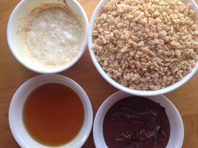 Reunir los ingredientes. Añadir una cucharada de vainilla a la crema de malvaviscos, revuelva suavemente.