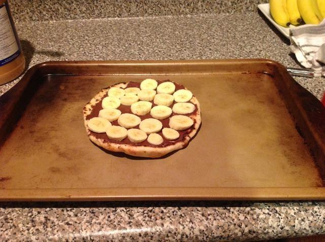 He añadido los plátanos, ya que son una de mis frutas favoritas. Usted puede agregar las fresas, avellanas, o cualquier relleno de su elección! Rocíe una bandeja para cocinar y obtener su pizza listo para el horno.